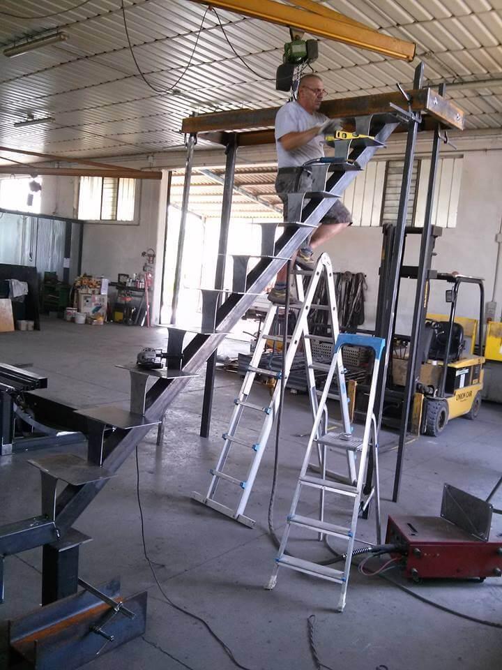 scale in metallo in fase di costruzione