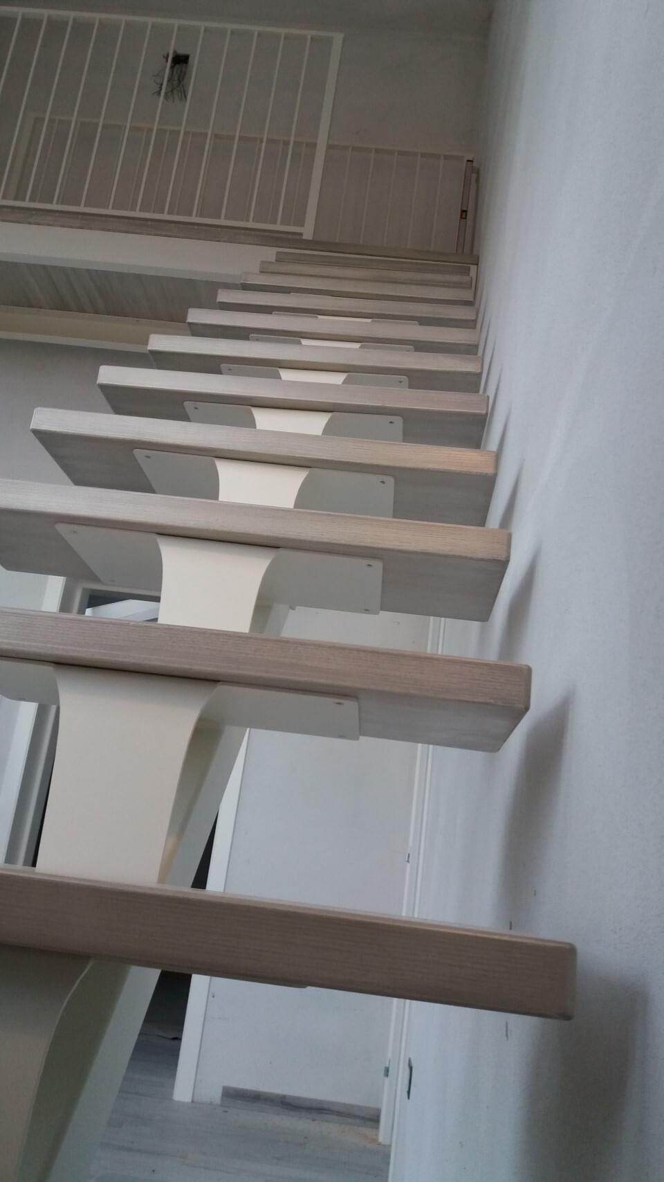 dettaglio scale con gradino in legno