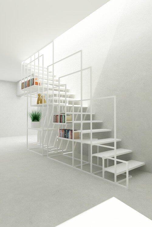 scale con libreria in ferro bianco nel sottoscala