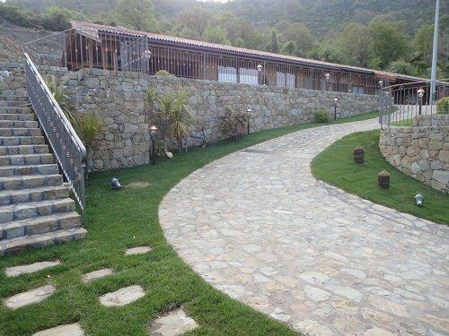 una pavimentazione in pietra con del prato ai lati