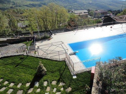 vista dall'alto di una piscina