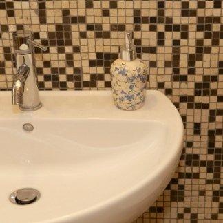 primo piano di un lavello in bagno