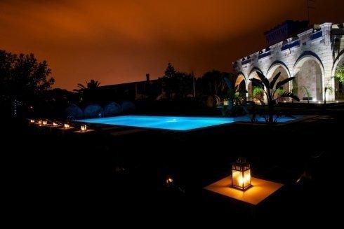 vista della piscina di notte