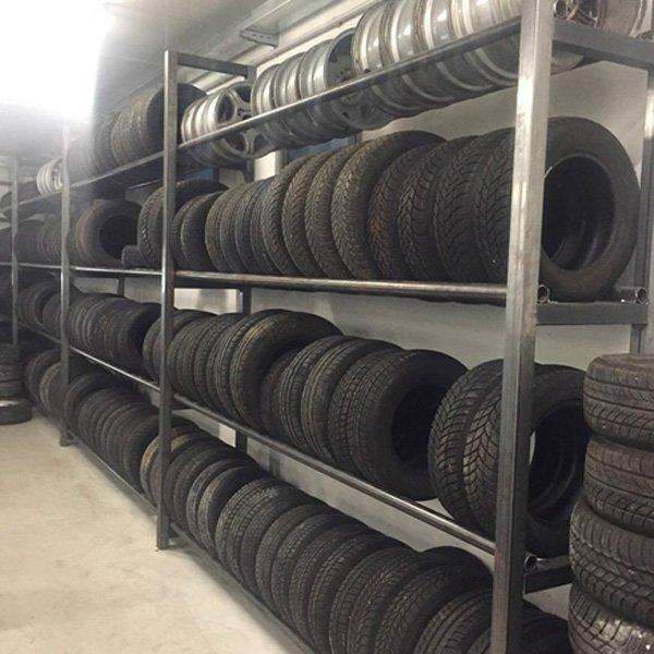 scaffale con pneumatici