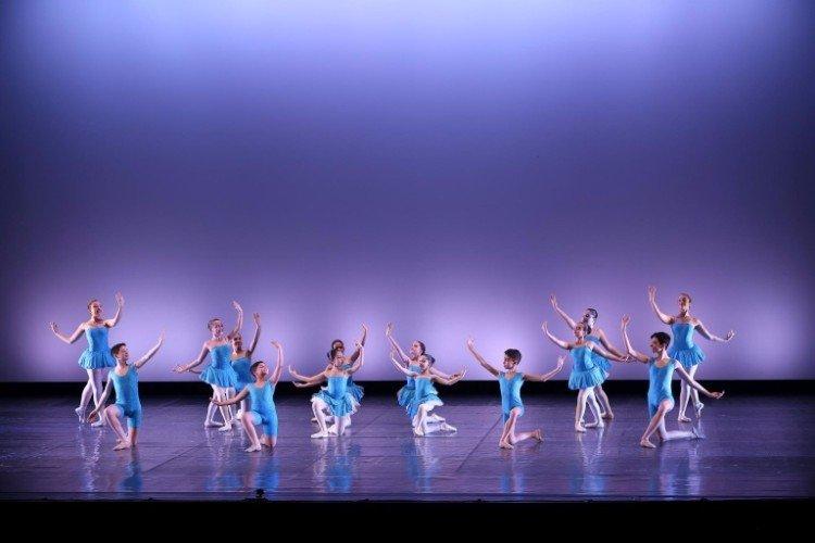 Bambini in una azione di danza classica
