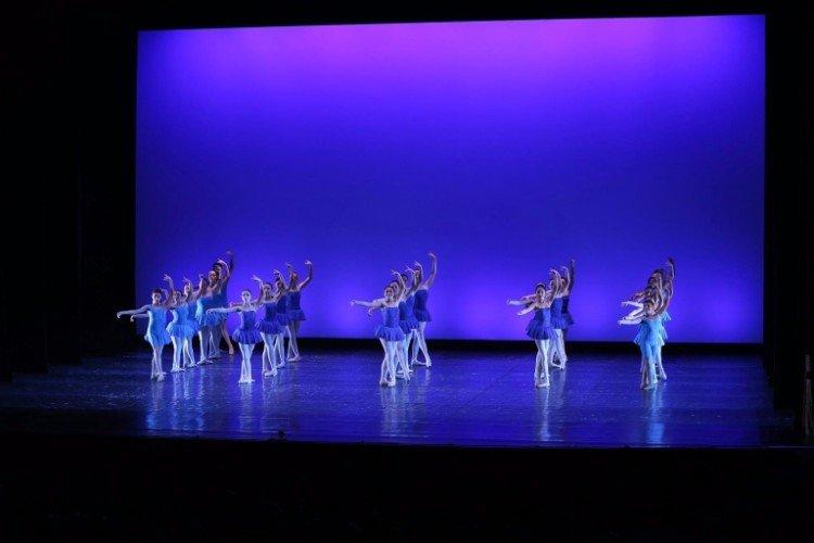 I giovani danzatori movendosi all'unisono