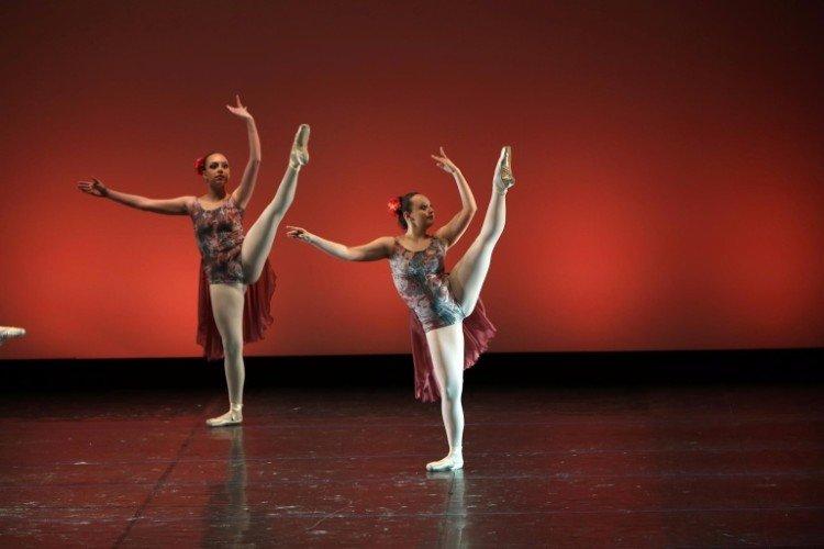 Le ballerine alzando le gambe fino al limite