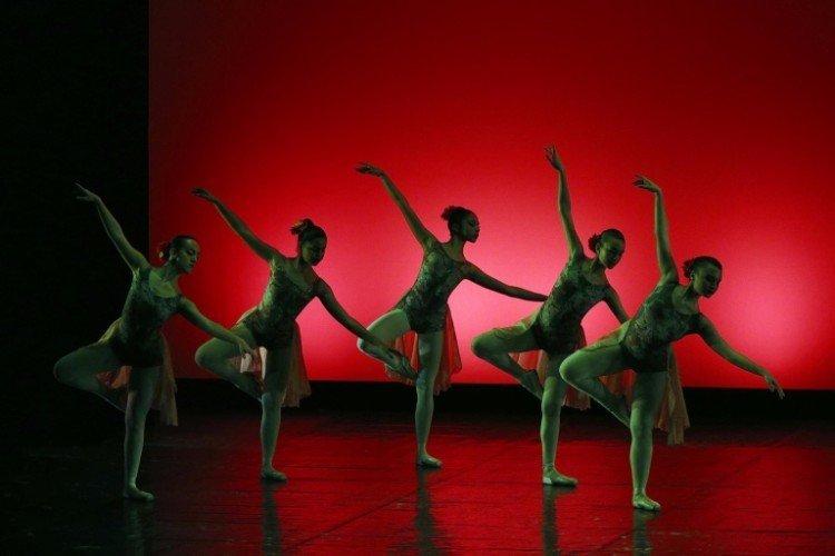 Le ballerine reggendosi su una gamba