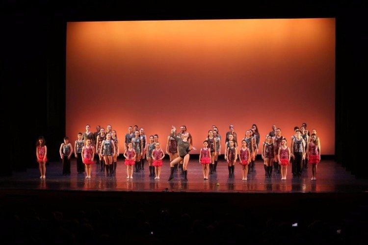 Tutti gli studenti ballando insieme