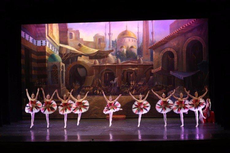 Le bailarinas sembrano fiori con el tutu