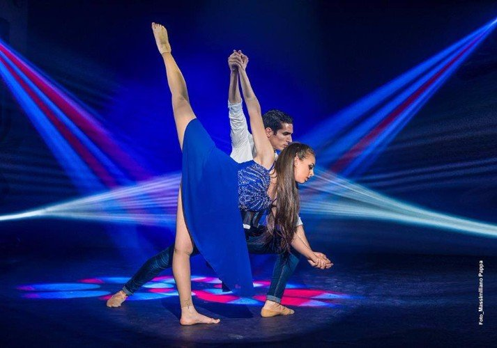 Coppia in una esibizione di danza moderna
