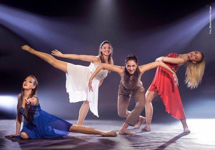 Quattro giovani che ballano