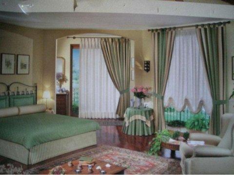 camera da letto con tende e tappezzeria classica