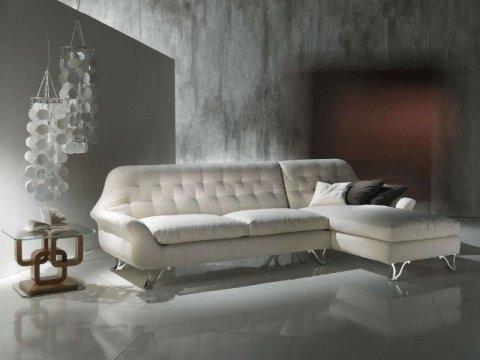 un divano bianco
