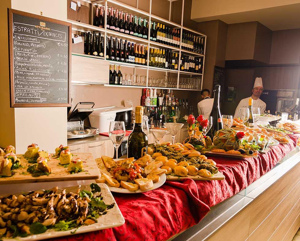 chef preparano una tavolata per un buffet