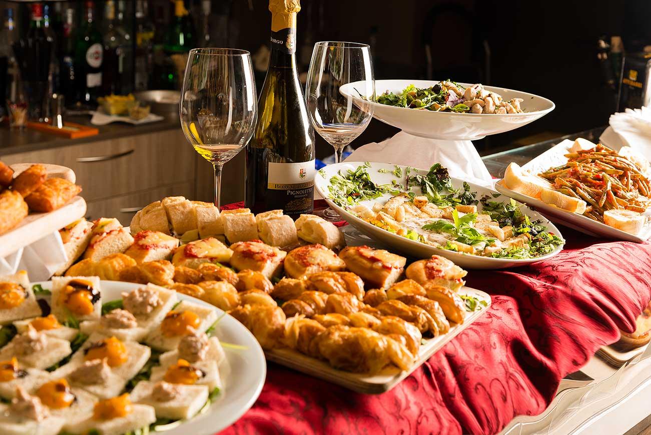 tavolo preparato per un buffet