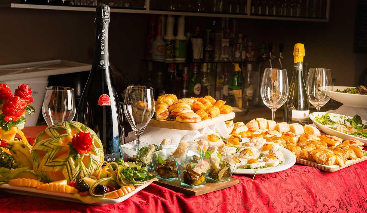 vino e dolci su un tavolo
