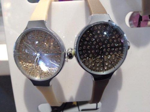 due orologi con glitter all`interno