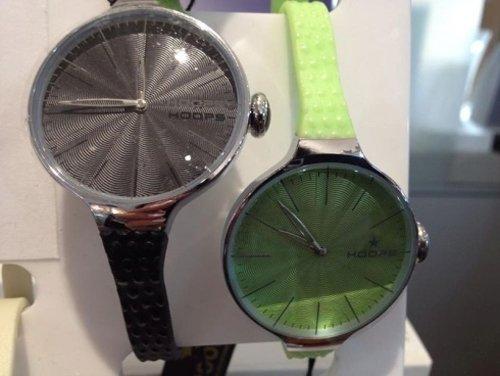 due orologi con cinturino stretto