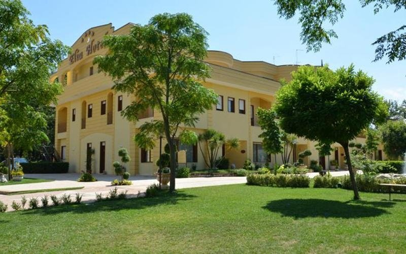 vista  laterale di ELIA HOTEL con giardino