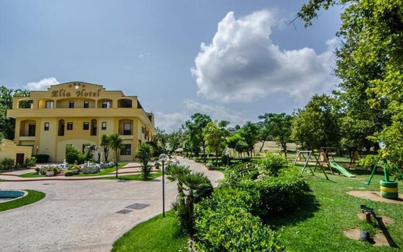vista frontale di ELIA HOTEL con entrata e giardino