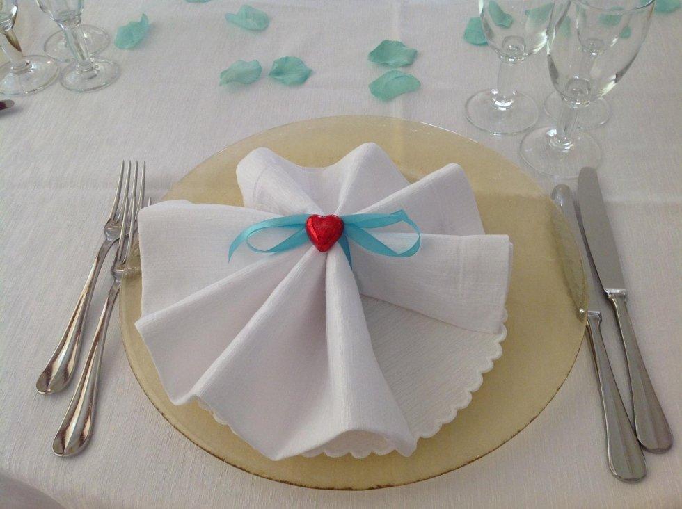 vista di un tavolo all'interno dell'hotel con bichieri, cucchiaio, forchetta e fazzoletto di carta