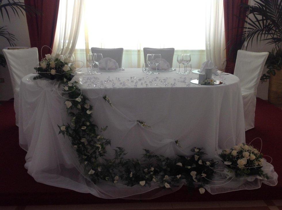 fiori bianche con tavolo apparecchiati