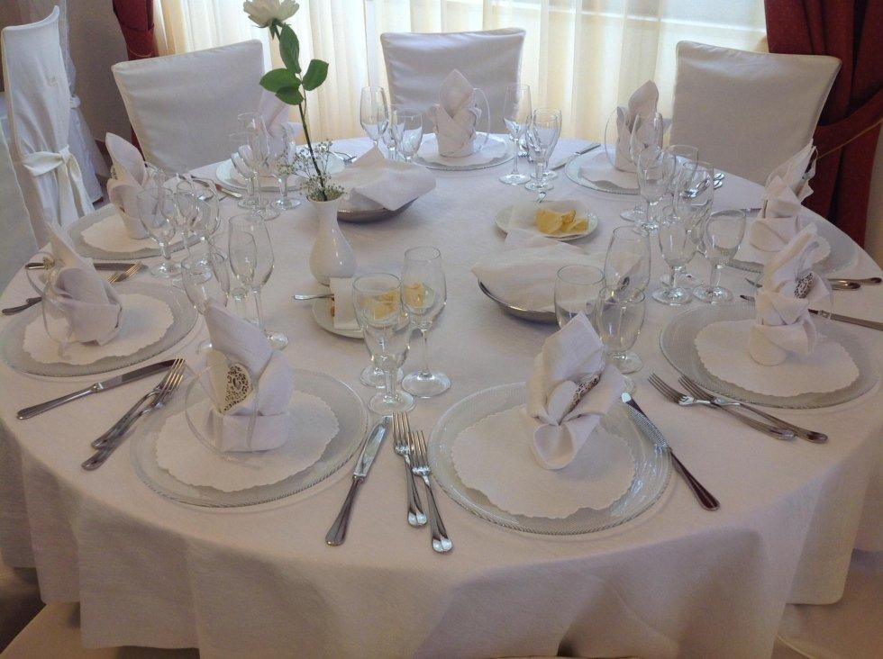tavolo apparecchiati con bicchieri, cucchiaio e forchetta