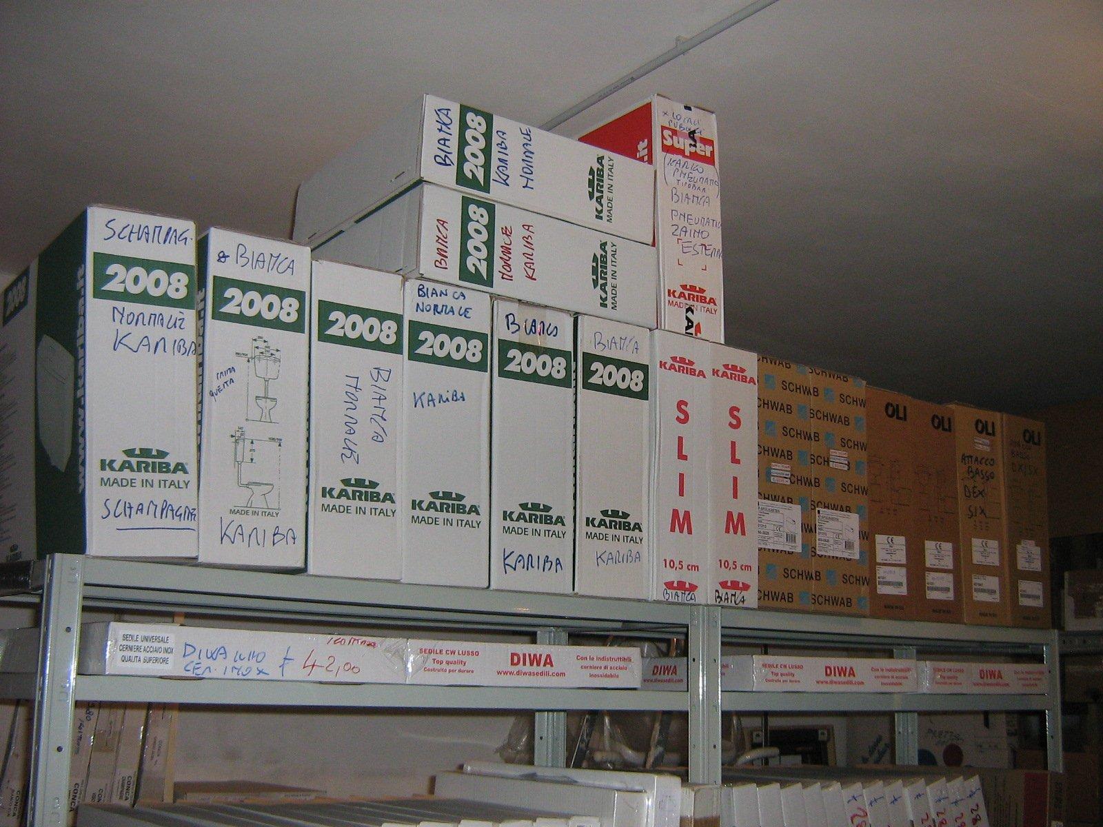 magazzino con prodotti su scaffali