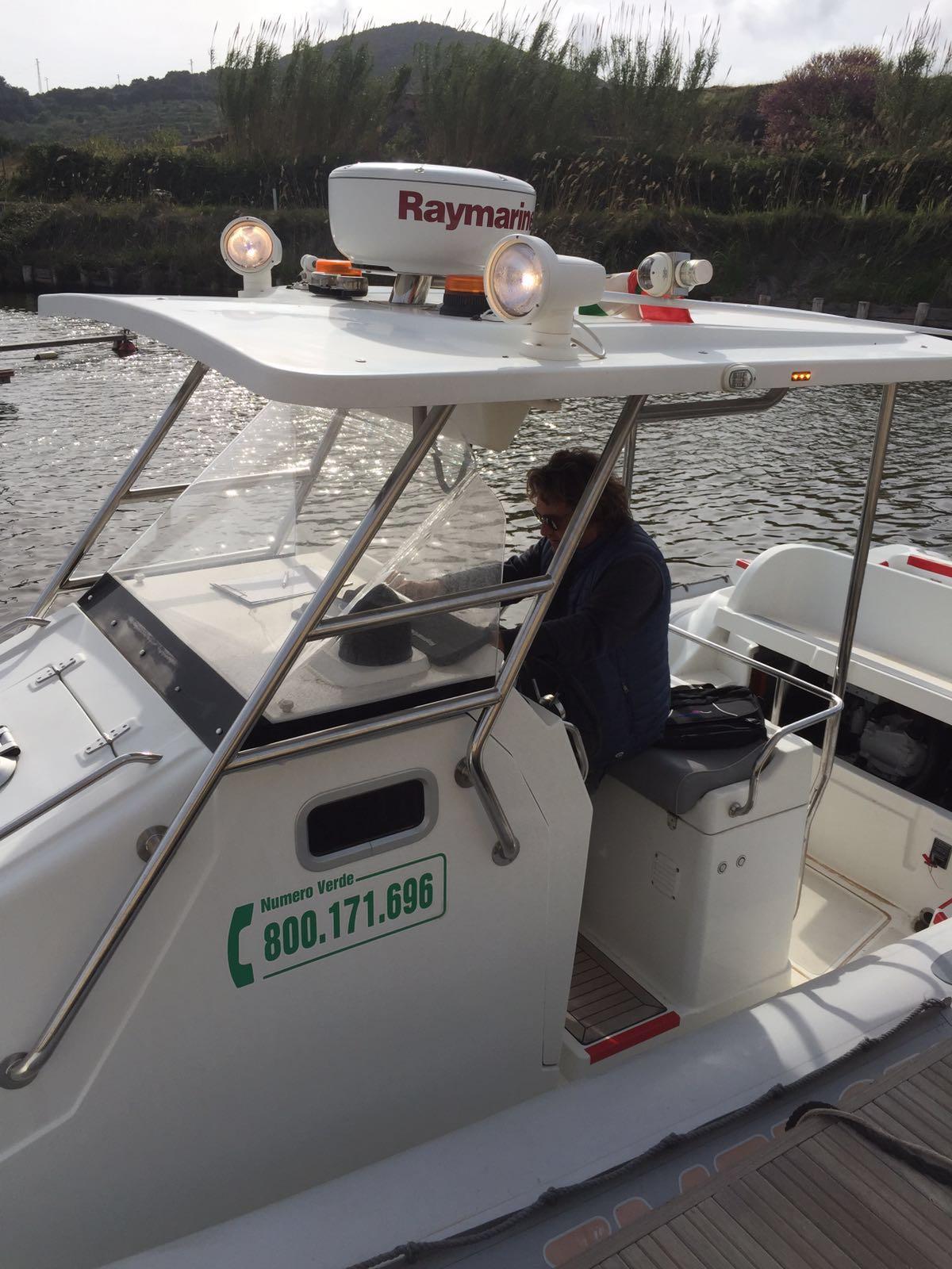 uomo alla guida di una barca