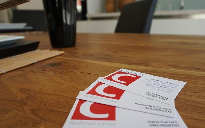 tavolo in legno con sedia e documenti