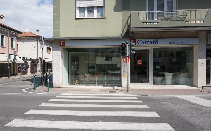 vista frontale ditta Carraro con strada