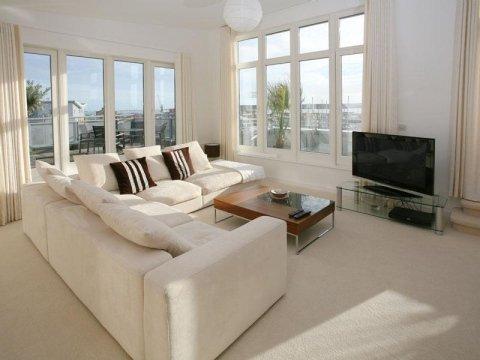 soggiorno moderno con divani, televisione, infissi esterni e arredamento