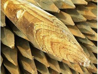 pali-in-legno-di-pino-impegnati-