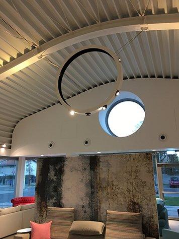 interno di un negozio con vista del soffitto e delle luci