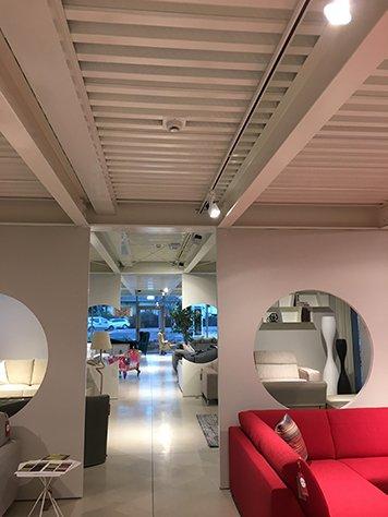 due porte scorrevoli bianche in un salone di esposizione di divani