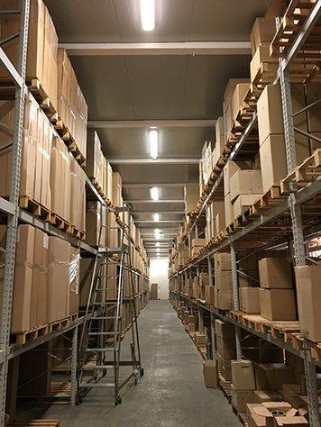 Delle strutture alte in metallo con delle scatole e una scaletta in ferro