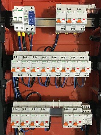 Un quadro elettrico con degli interruttori
