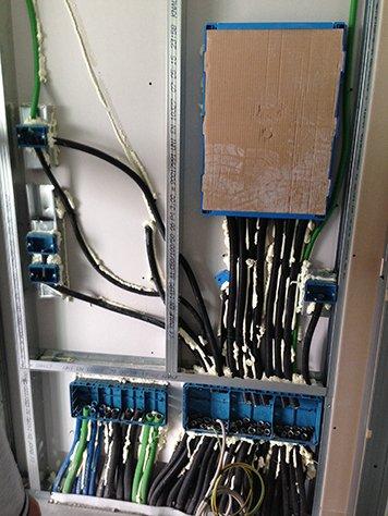 Dei cavi di color nero,verde e blu collegati