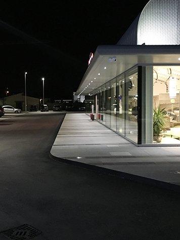 Uno showroom vista dall'esterno con luci accese