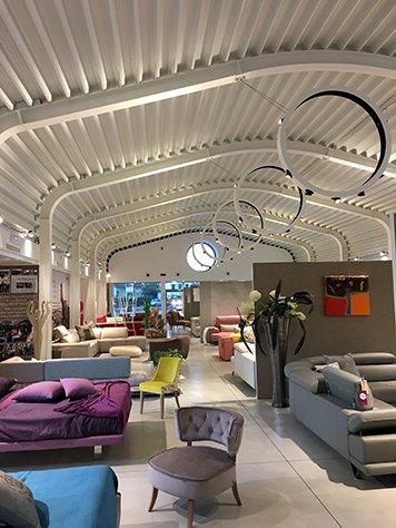 Esposizione dei divani all'interno di un negozio