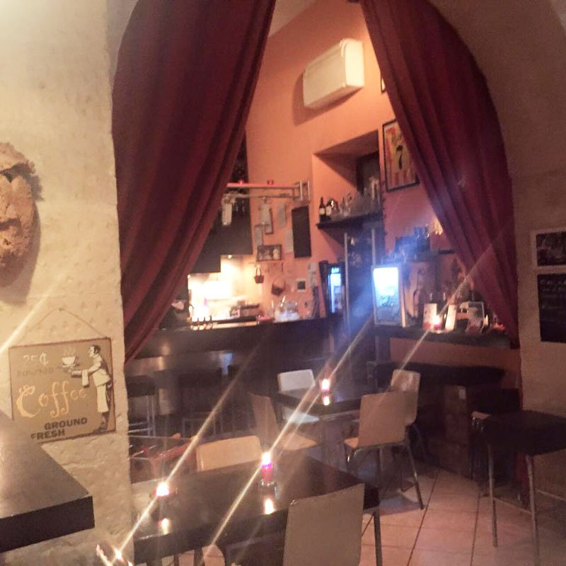 interno di un bar con vista dei tavoli