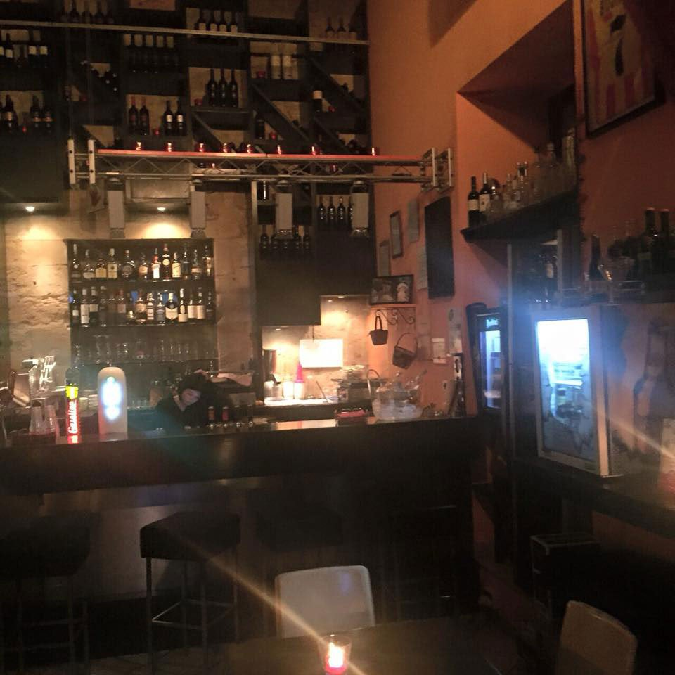 vista del bancone del bar e dietro delle bottiglie