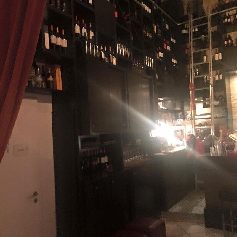 delle bottiglie su degli scaffali viste lateralmente