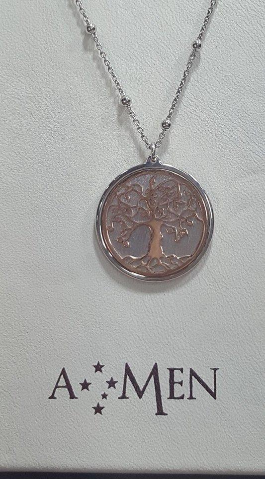un pendente con un medaglione con un albero disegnato e sotto la scritta AMEN con delle stelline