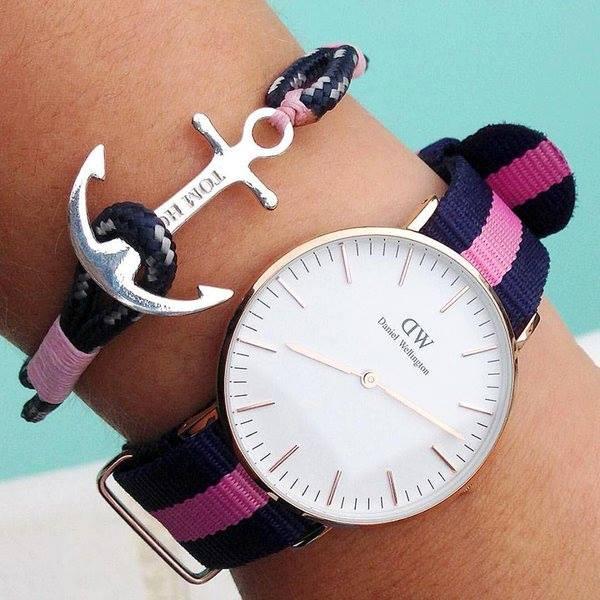 un polso con un bracciale e un orologio blu e rosa