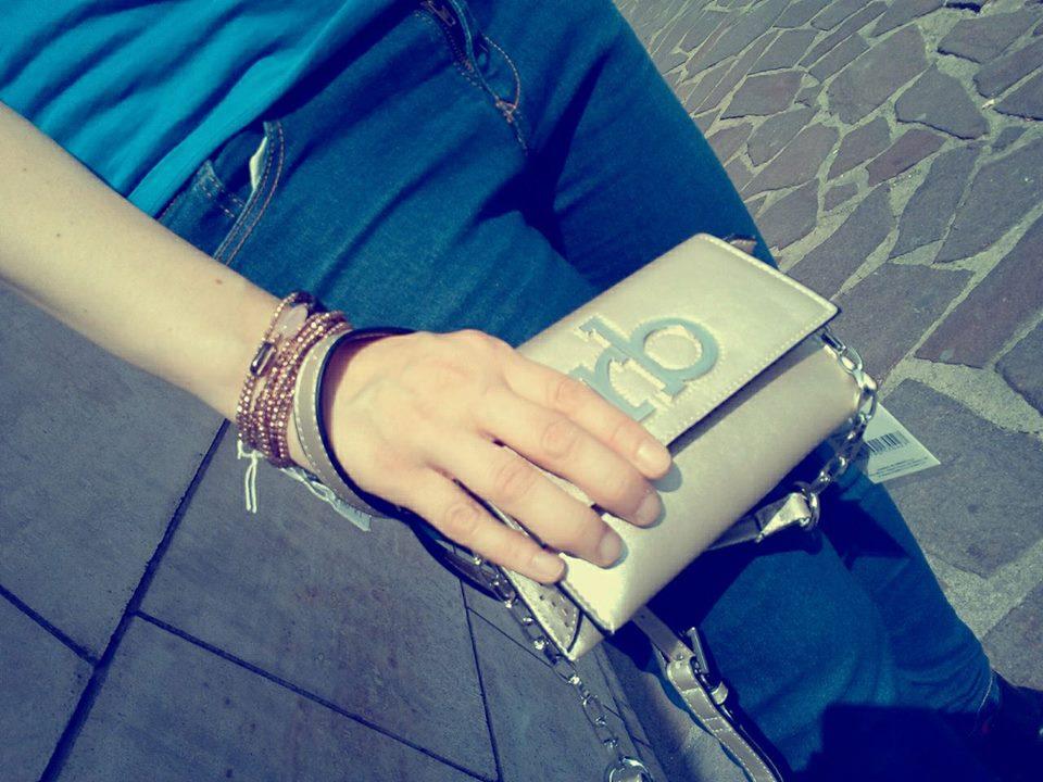 una mano con un portafoglio