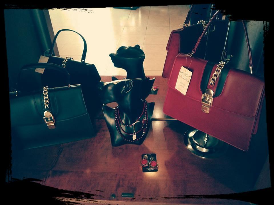 delle borsette di pelle color nero e rosso