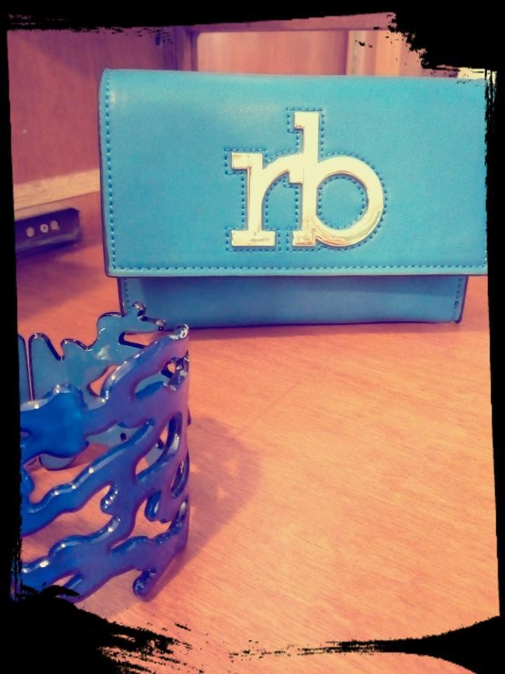 un portafoglio azzurro con la scritta RB