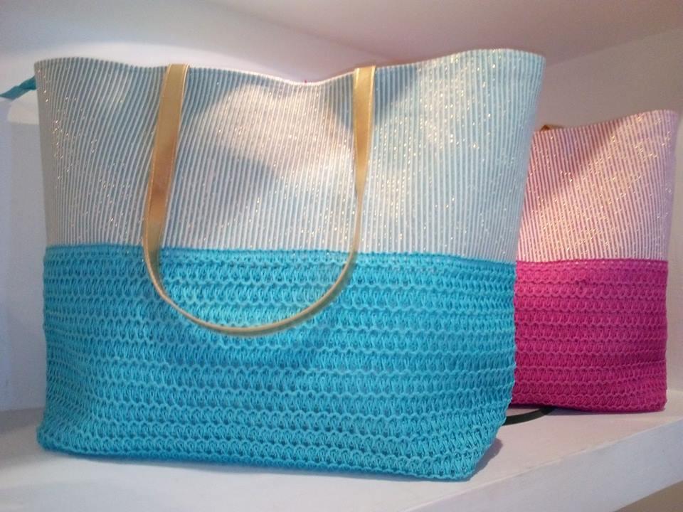 due borse da spiaggia di color  azzurro e fucsia